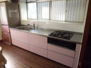 鮮やかなピンク色の可愛いキッチンに♪機能も充実。